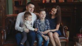 Famiglia felice all'albero del nuovo anno stock footage