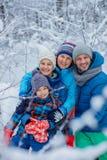 Famiglia felice all'aperto neve Vacanza di inverno fotografia stock libera da diritti