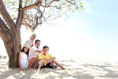 Famiglia felice alla spiaggia Fotografia Stock Libera da Diritti