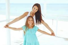 Famiglia felice alla spiaggia immagine stock libera da diritti