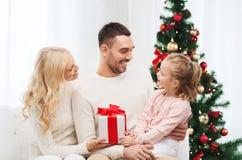Famiglia felice a casa con l'albero di Natale Immagine Stock Libera da Diritti