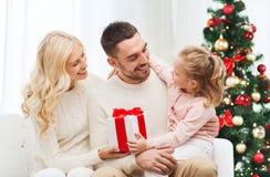 Famiglia felice a casa con l'albero di Natale Fotografia Stock Libera da Diritti
