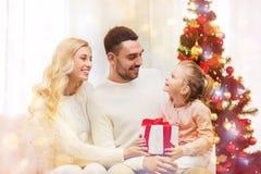 Famiglia felice a casa con l'albero di Natale Immagini Stock Libere da Diritti