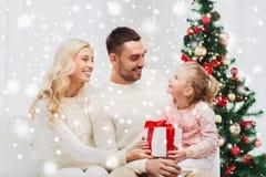 Famiglia felice a casa con l'albero di Natale Fotografie Stock Libere da Diritti