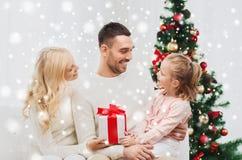 Famiglia felice a casa con l'albero di Natale Immagine Stock