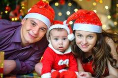 Famiglia felice che aspetta una festa Immagine Stock
