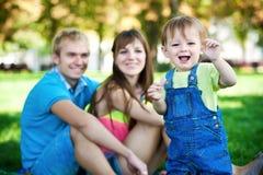 Famiglia felice che cammina nella sosta di estate. picnic Fotografie Stock Libere da Diritti