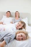 Famiglia felice che cattura un resto Fotografia Stock Libera da Diritti