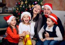 Famiglia felice che celebra il Natale fotografie stock libere da diritti
