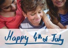 Famiglia felice che celebra il quarto luglio Immagini Stock Libere da Diritti