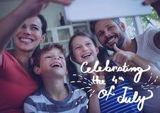 Famiglia felice che celebra il quarto luglio Fotografia Stock Libera da Diritti