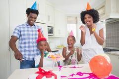 Famiglia felice che celebra insieme un compleanno Immagine Stock Libera da Diritti