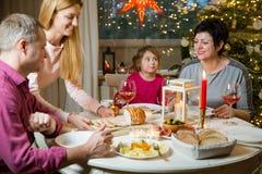 Famiglia felice che celebra natale fotografia stock