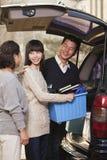 Famiglia felice che disimballa furgoncino per l'istituto universitario, Pechino Fotografie Stock Libere da Diritti
