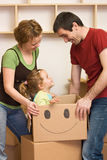 Famiglia felice che entra in una nuova casa Fotografia Stock