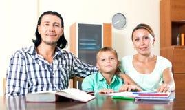 Famiglia felice che fa compito Fotografia Stock Libera da Diritti