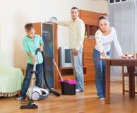 Famiglia felice che fa lavoro domestico Fotografia Stock Libera da Diritti