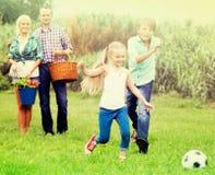Famiglia felice che gioca la palla Immagine Stock