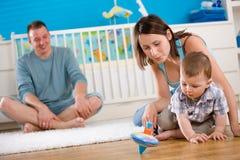 Famiglia felice che gioca nel paese Fotografia Stock