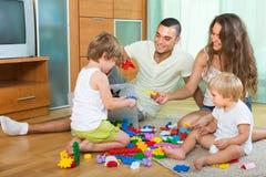 Famiglia felice che gioca nell'interno domestico Fotografia Stock Libera da Diritti