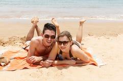 Famiglia felice che gioca sulla spiaggia Fotografia Stock