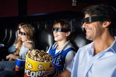 Famiglia felice che gode del film 3d Fotografia Stock