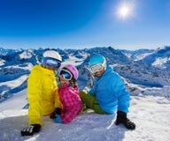 Famiglia felice che gode delle vacanze di inverno fotografia stock