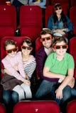 Famiglia felice che guarda un film fotografia stock libera da diritti