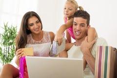 Famiglia felice che ha acquisto online Fotografie Stock Libere da Diritti