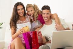 Famiglia felice che ha acquisto online Immagine Stock Libera da Diritti