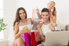 Famiglia felice che ha acquisto online Fotografia Stock