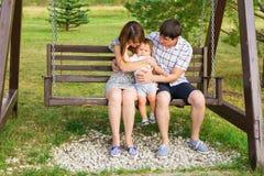 Famiglia felice che ha divertimento all'aperto immagine stock