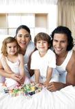 Famiglia felice che ha divertimento con i giocattoli del cubo Fotografie Stock Libere da Diritti