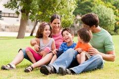 Famiglia felice che ha divertimento nella sosta Fotografie Stock Libere da Diritti