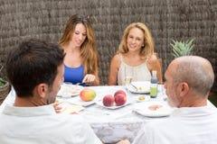 Famiglia felice che mangia alimento fuori Fotografie Stock