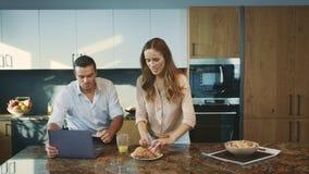 Famiglia felice che mangia il caffè bevente sorridente delle coppie della prima colazione con il croissant archivi video