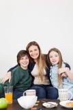 Famiglia felice che mangia la prima colazione insieme immagini stock libere da diritti