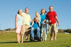 Famiglia felice che mostra unità fotografia stock