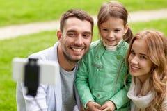 Famiglia felice che prende selfie dallo smartphone all'aperto Immagine Stock Libera da Diritti