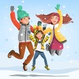 Famiglia felice che salta sotto la neve di caduta all'inverno Fotografia Stock Libera da Diritti
