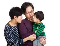 Famiglia felice che se esamina fotografie stock