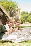 Famiglia felice che si accampa nella sosta Immagine Stock Libera da Diritti