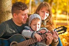 Famiglia felice che si distende all'aperto Fotografie Stock Libere da Diritti