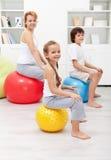 Famiglia felice che si esercita a casa Immagini Stock