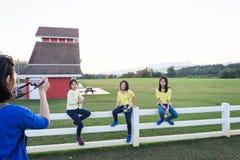 Famiglia felice che si rilassa nella campagna Fotografia Stock Libera da Diritti