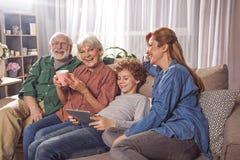 Famiglia felice che si rilassa sullo strato fotografia stock libera da diritti