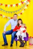 Famiglia felice che si siede in una bella sedia fotografie stock libere da diritti
