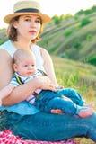 Famiglia felice che spende insieme tempo al tramonto immagine stock libera da diritti