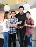 Famiglia felice che sta con la ragazza nel salone di gelato fotografia stock libera da diritti