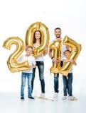 Famiglia felice che tiene i palloni dorati Immagini Stock Libere da Diritti